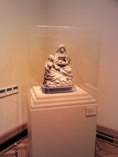 Un estatua en unsalón del Museo Nacional de Bellas Artes