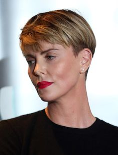 Charlize Theron Boy Cut - Charlize Theron rocked a boy cut at the GEANCO Foundation Hollywood Gala. Pixie Hairstyles, Pixie Haircut, Straight Hairstyles, Cool Hairstyles, Short Wedge Hairstyles, Charlize Theron Short Hair, Charlize Theron Hairstyle, Short Wedge Haircut, Short Hair Cuts