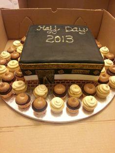 Kaaba cake Eid Cupcakes, Eid Cake, Wedding Sweets, Wedding Cakes, Desert Bar, Eid Food, Eid Al Adha, Islamic Gifts, Iftar