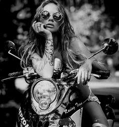 Lady Biker, Biker Girl, Shooting Photo Moto, Motorcycle Photo Shoot, Motorcycle Tips, Motorcycle Quotes, Biker Photoshoot, Motard Sexy, Motorcycle Photography