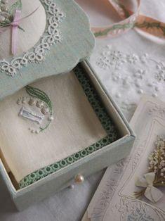 もう一つのカラー~ペールグリーンのスズランの小箱~の画像:東京・自由が丘 井上ちぐさの刺繍&カルトナージュ教室 Atelier Claire(アトリエクレア)