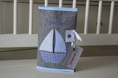 U-Heft+Hülle+aus+Filz+mit+Namen+und+Segelboot+von+STRUKTURWERK+auf+DaWanda.com