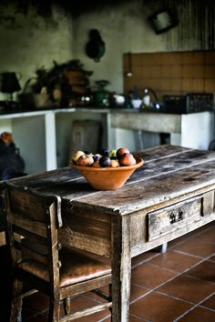 Country Kitchen Design Ideas: Some kitchens are made to be admired at a distance; country kitchens are made to be used. See the entire range of country kitchen style in this photo gallery Rustic Table, A Table, Primitive Tables, Dining Table, Cocina Office, Sweet Home, Cocinas Kitchen, Ivy House, Farm House