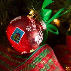 Decoración navideña con los tradicionales colores de la temporada, esta colección se distingue por sus adornos en rojo, verde además de peluches de los clásicos santa y snowman. #Decoracion #Navidad Home Depot, Holidays And Events, Christmas Bulbs, Holiday Decor, Ideas, Christmas Lights, Christmas 2017, Red, Green
