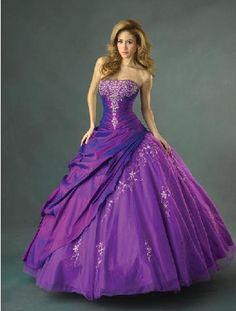 vestido de noiva roxo com detalhes brilhantes