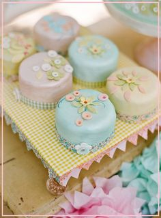 pretty chintzy mini cakes.  in bright colors would look very Mary Engelbreit