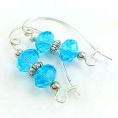 Kolczyki z błękitnymi kryształami szklanymi na dużych biglach.