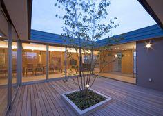 名古屋のコートハウス 中庭からリビングを見る。