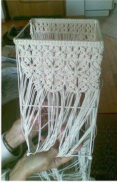 Lampada a parallelepipedo in lavorazione Macrame Art, Macrame Projects, Macrame Knots, Micro Macrame, Macrame Plant Hangers, Yarn Thread, Macrame Tutorial, Macrame Patterns, String Art