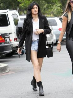 Kylie Jenner - Kylie and Kendall Jenner Grab Lunch in Calabasas