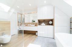 Przytulna łazienka na poddaszu, szarość+ciepły odcień drewna+biel - zdjęcie od pf design - Łazienka - Styl Nowoczesny - pf design