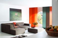 Kleurrijke paneelgordijnen in de woonkamer voor een strak en modern interieur. Ideaal voor schuifpuien en grote,hoge ramen. #woonkamer #living room #bece