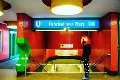 Der Staatsbesuch. Der späte Wurm entgeht dem Vogel. 2016 Performative Intervention im öffentlichen Raum Berlin  Berlin Biennale, Akademie der Künste, ESMT European School of Management and Technology, KW Institute for Contemporary Art, Blue-Star, U Bahn Fehrbelliner Platz, Museumsinsel, Ernst-Thälmann-Denkmal, Deutscher Bundestag, Kastanienallee und Gleisdreieck, Berlin - August 2016  Nagl ~ Wintersberger 2016  #Kunstimöffentlichenraum #Diepuppendermoderne #Bauhaus #Berlin #Andreanagl #Maske…