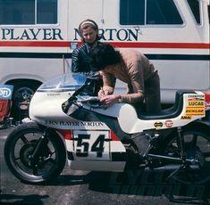 Peter Williams John Player Norton - First Look Norton Motorcycle, Motorcycle Racers, Racing Motorcycles, Classic Bikes, Motorbikes, Champion, Bike Stuff, Bikers, 1970s