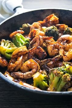 Honey Garlic Shrimp and Broccoli! Browned honey garlic shrimp with tender broccoli - a super easy dinner made in 20 min (aside from prep time of marinating shrimp for an hour). Fish Recipes, Seafood Recipes, Healthy Dinner Recipes, Asian Recipes, Cooking Recipes, Noddle Recipes, Chinese Shrimp Recipes, Seafood Boil, Sauce Recipes