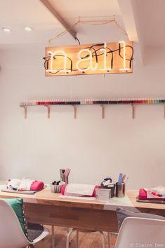 Découvrez l'univers de Gloss'up Beauty Bar. Un vrai beauty bar ambiance cocooning pour vos plus jolies manucures ou vos beauty looks les plus glamours ... Prenez vite rdv : www.sur-rdv.com/... Home Nail Salon, Nail Salon Design, Hair Salon Interior, Nail Salon Decor, Beauty Salon Design, Saloon, Nail Room, Manicure Y Pedicure, Beauty Lounge