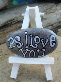 80 romantic valentine painted rocks ideas diy for girl Pebble Painting, Pebble Art, Stone Painting, Rock Painting, Stone Crafts, Rock Crafts, Rock And Pebbles, Hand Painted Rocks, Painted Stones