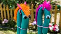 Steckenpferd basteln für spannende Kinderspiele – 4 Anleitungen - Татьянин День Открытки Cool Diy Projects, Craft Projects, Pool Noodle Horse, Diy For Kids, Gifts For Kids, Home And Family Hallmark, Stick Horses, Horse Party, Diy Pool