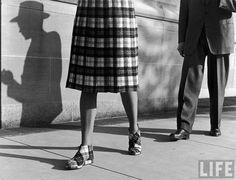 Девушка в клетчатой юбке и клетчатой обуви 1948 год