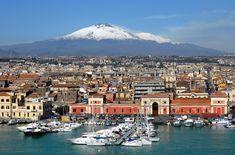 Catania, il porto e L'Etna alle spalle.