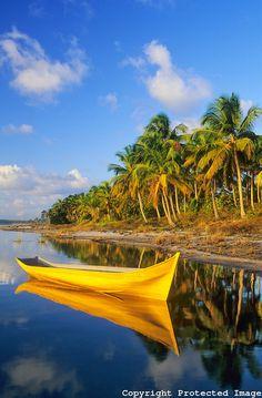 Canoa nativa na lagoa do Cassange, península de Maraú, município de Maraú, Costa do Dendê, Bahia, Brasil.