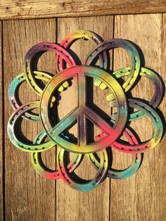 Horseshoe Wreath (hand forged, authentic horseshoes) Custom Made with new horseshoes a metal flower and a cast iron peace sign measures around If you have any questions please ask Hippie Boho, Hippie Peace, Hippie Life, Hippie Style, Hippie Things, Happy Hippie, Horseshoe Crafts, Horseshoe Art, Lucky Horseshoe
