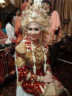 Pakaian pengantin Paksangkong Sukainah Sriwijaya Indonesian Wedding, Palembang, People Of The World, Kebaya, Traditional Dresses, Brides, Asia, Culture, Costumes