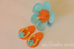 super easy tutorial - mod hibiscus flowers - made from the basic wilton gumpaste set