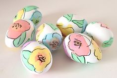 Floral Eggs You don't need to be an artist to make these beautiful watercolor floral Easter eggs.You don't need to be an artist to make these beautiful watercolor floral Easter eggs. Ostern Party, Diy Ostern, Easter Egg Dye, Hoppy Easter, Easter Bunny, Cool Easter Eggs, Painting Eggs For Easter, Shaving Cream Easter Eggs, Easter Paintings