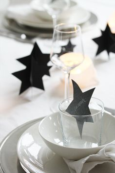 xmas idea - could also do this with star shaped gingerbread. Nordic Christmas Decorations, Christmas Table Settings, New Years Decorations, Holiday Tables, Noel Christmas, Modern Christmas, Green Christmas, White Table Settings, Deco Table Noel