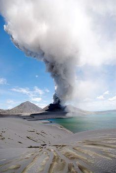 Vulcão Tavurvur- ilha de Nova Bretanha, Papua-Nova Guiné.
