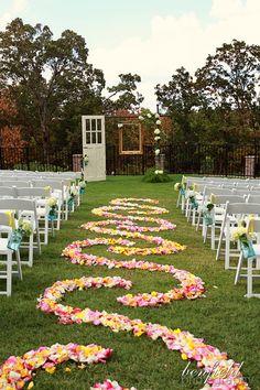 I love this wedding aisle!!!