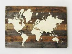 Una forma de viajar sin moverte de casa y además, aportar un aire diferente a tu decoración es utilizar la última tendencia de mapas mundi...