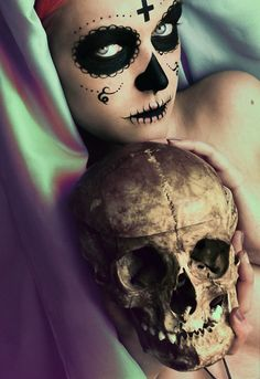 Day of the dead makeup. Sugar skull love minimal use of white makeup Sugar Skull Makeup, Sugar Skull Art, Sugar Skulls, Candy Skulls, Memento Mori, Dead Makeup, Sfx Makeup, Face Makeup, Day Of The Dead Skull