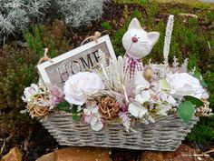 Proutěný truhlík s keramickou kočkou, umělými kvety a cedulkou HOME Wicker Baskets, Table Decorations, Design, Home Decor, Decoration Home, Room Decor, Home Interior Design, Dinner Table Decorations