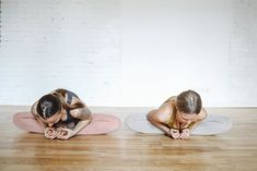 Whether you wake up with a serious neck pain, or your neck begins to hurt after a day of slouching, yoga poses for neck pain will always Yoga Poses For Men, Yoga Poses For Beginners, Posture Collar, Upward Facing Dog, Posture Exercises, Corpse Pose, Plank Pose, Cat Pose, How To Start Yoga