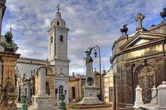 Este es el Cementerio de la Recoleta La. Los turistas pueden ver las tumbas de personajes famosos aquí.