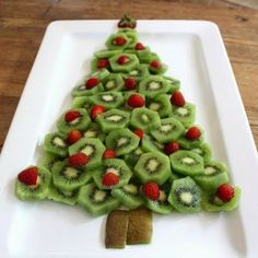 Desire Empire: Kiwi Fruit and Strawberry Christmas Tree Platter Fruit Christmas Tree, Christmas Party Food, Xmas Food, Christmas Breakfast, Christmas Appetizers, Noel Christmas, Christmas Goodies, Christmas Desserts, Christmas Treats