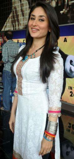 'Kareena Kapoor' Hot indian Girl Look in Simple Salwar Suit. Bebo looking So beautif . Bollywood Celebrities, Bollywood Fashion, Bollywood Actress, Star Fashion, Indian Fashion, Fashion Beauty, Women's Fashion, Indian Dresses, Indian Outfits