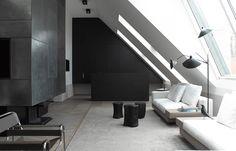 Bernd Gruber a supervisé la conversion de cette maison d'époque wilhelmienne à Vienne en un espace classique et moderne. Les murs en angle et les tons noir et blanc en font un intérieur graphique et minimaliste.  Le mur en pente dans le salon principal est ponctué par les grandes fenêtres du salon à la cuisine. Les planchers contrastent avec les surfaces lisses et sombres des armoires de la cuisine. Le mobilier a été sélectionné avec beaucoup d'attention