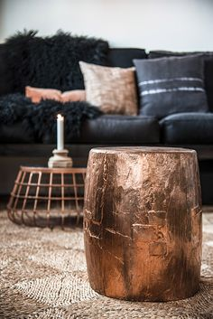 Golden lighting is a must have. As an interior designer, you can discover modern luxury living room design ideas combining luxurious materials with a light gold Copper Living Room, Living Room Grey, Home And Living, Copper Bedroom, Copper Diy, Copper Decor, Copper Table, Copper Paint, Copper Pots