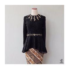 - black Bust 96 cm Sleeve Length Body For more details and price please contact us 🙂 LINE Kebaya Modern Hijab, Model Kebaya Modern, Kebaya Hijab, Kebaya Brokat, Dress Brokat, Kebaya Muslim, Kebaya Lace, Batik Kebaya, Kebaya Dress