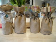 Burlap wine bags Burlap Crafts, Dyi Crafts, Sewing Crafts, Christmas Gift Bags, Christmas Projects, Christmas Ideas, Wine Bottle Holders, Bottle Bag, Wine Charms