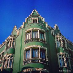"""Cielo color """"azul diciembre"""" sobre arquitectura modernista.  #Paseando #Walking #Modernismo #Modern #Arquitectura #Architecture #Calles #Streets #CascoAntiguo #OldTown #Gijón #Xixón #Asturias #Asturies #AsturiasConSal #GijonAsturiasConSal #GijonNorthernSpainWithZest #GijonleNorddelEspagnequipetille #Turismo #Tourism"""