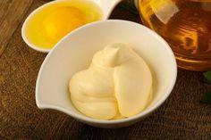 Hacer una mayonesa sin aceite ligera y deliciosa es posible, solo hay que sustituir algunos ingredientes para conseguir una salsa cremosa por menos calorías