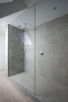 Barrierefreier Übergang zwischen Holzboden und Duschbereich.