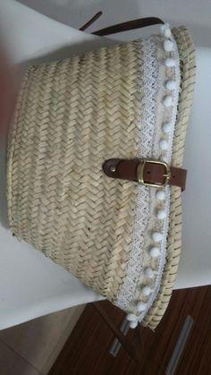 Bandolera am punta cru i blanca, amb boles blanques www. Belt, Fashion, The Beach, Craft, Sacks, Baskets, Purses, Dressmaking, Accessories