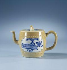 | Theepot, c. 1700 | Trekpot met deksel, tonvormig, mokkakleurig met uitsparingen waarin voorwerpen van de honderd antiquiteiten.