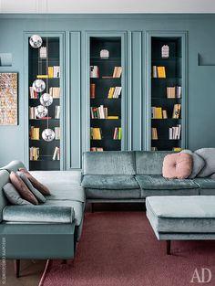 Фрагмент гостиной. В этой комнате хозяин квартиры не только принимает гостей, но и проводит деловые встречи. Люстра, Bocci.