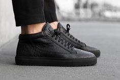 Sneakers montantes noires en cuir façon crocodile ETQ Amsterdam #chaussure #crocodile #etqamsterdam